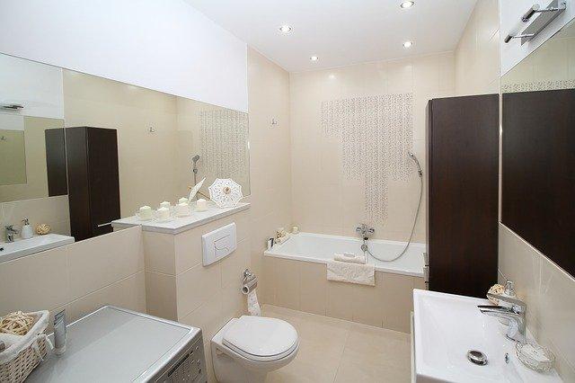 mała łazienka z kabiną prysznicową