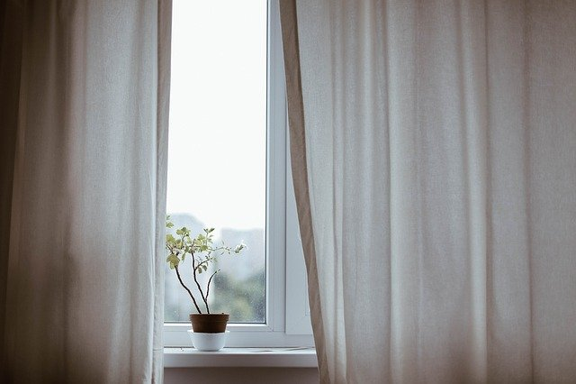 białe zasłony w sypialni