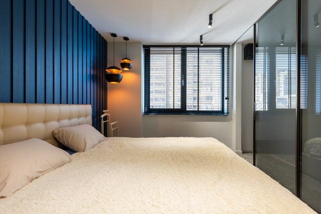 łóżko od ściany