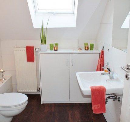 łazienka ze skosem i wanną